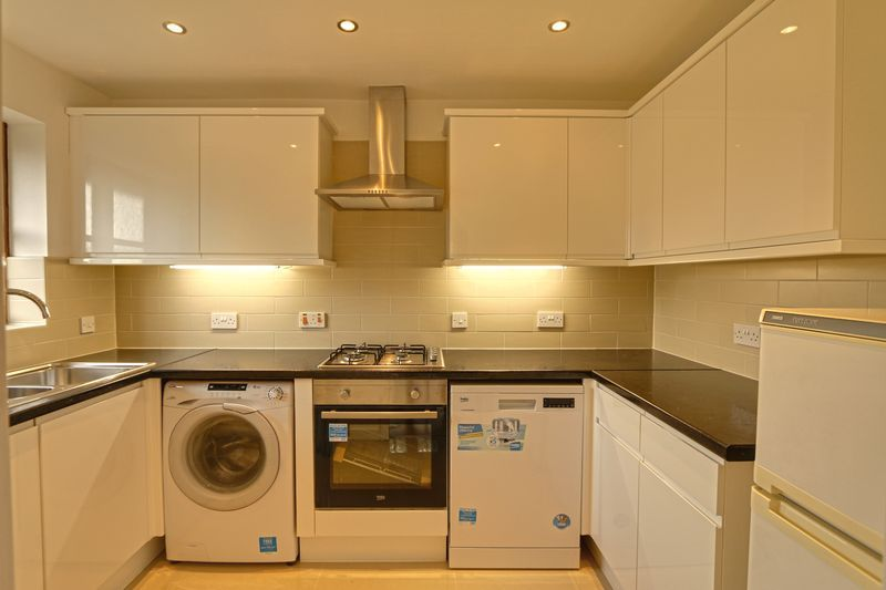 2 bed flat to rent in Maybury Court, Haling Park Road 3