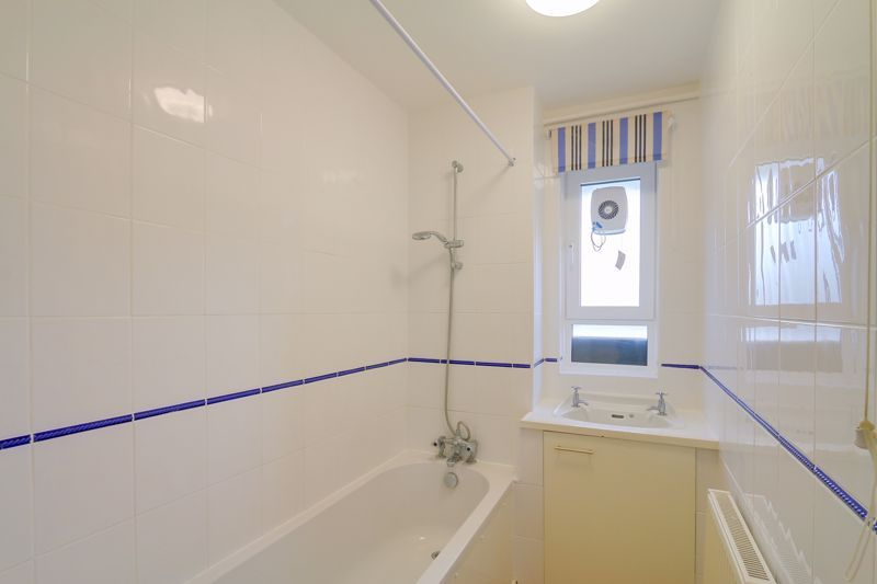 2 bed flat to rent in Broomhouse Lane 10