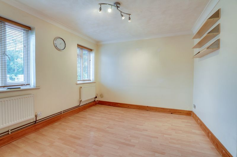 2 bed flat to rent in Deans Road 2