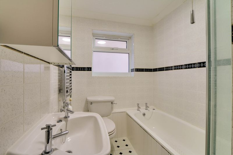 2 bed flat to rent in Deans Road 6