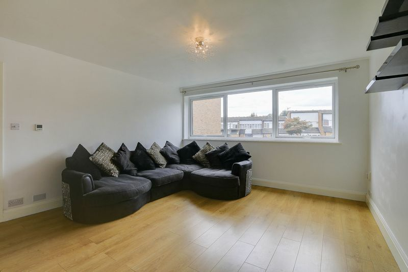2 bed flat to rent in Maybury Close 3