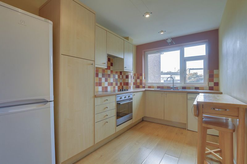 2 bed flat to rent in Maybury Close 4