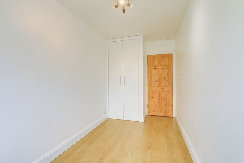 2 bed flat to rent in Maybury Close 8
