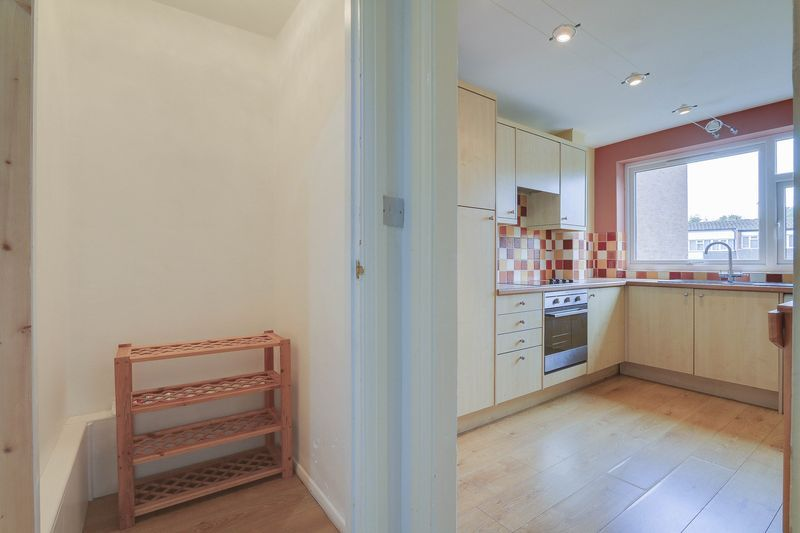 2 bed flat to rent in Maybury Close 10