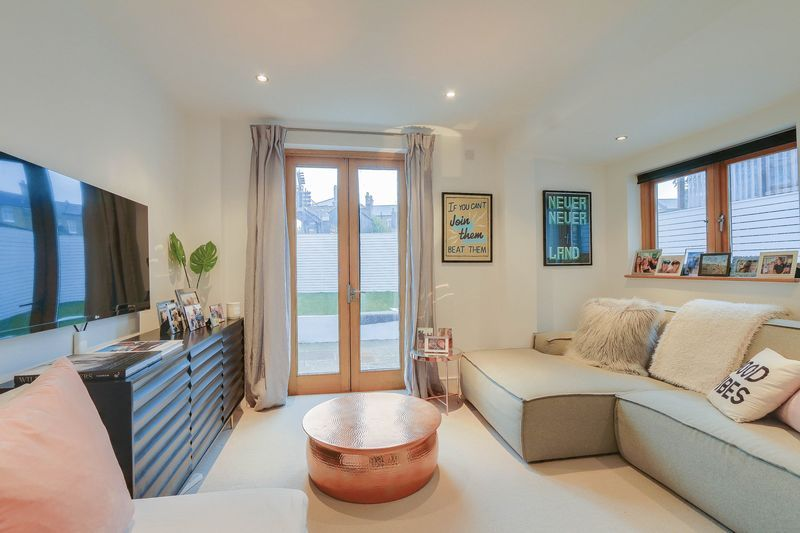 2 bed flat for sale in Hubert Grove  - Property Image 3