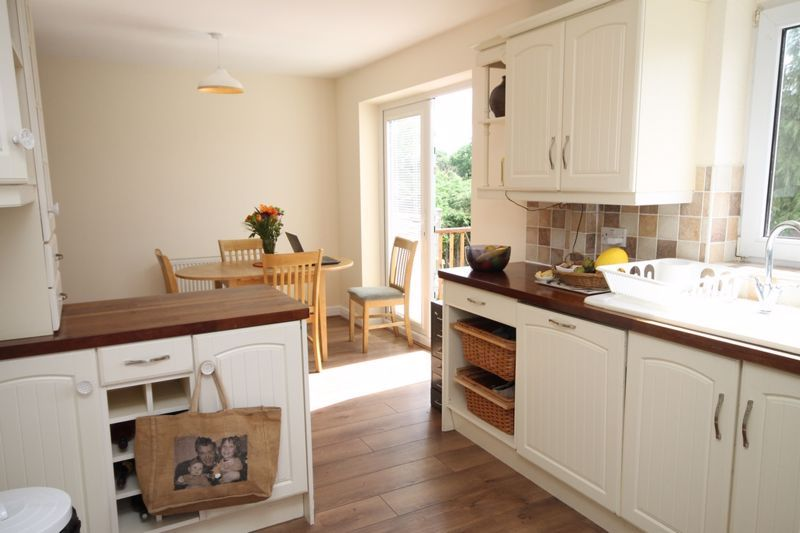 3 bed house to rent in South Hayes 5