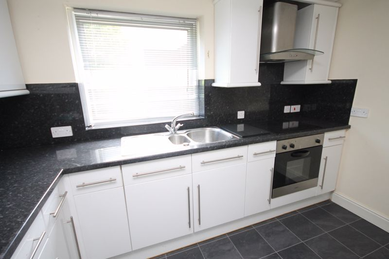 2 bed flat to rent in Ison Hill Road 5