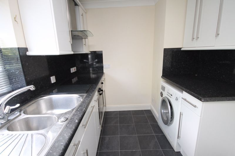 2 bed flat to rent in Ison Hill Road 6