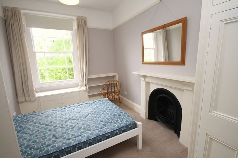 2 bed flat to rent in Chertsey Road 2