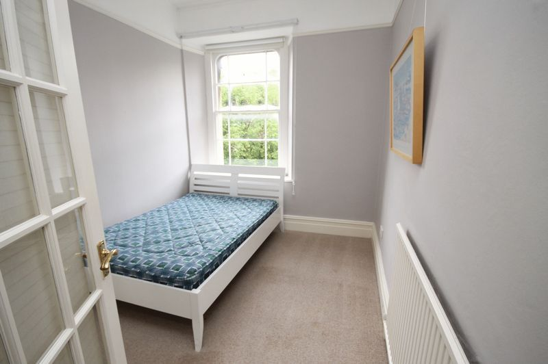 2 bed flat to rent in Chertsey Road 3