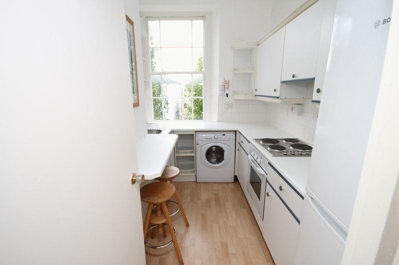 2 bed flat to rent in Chertsey Road 4
