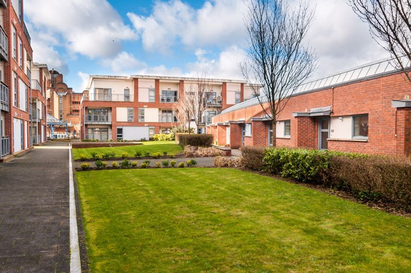 2 bed flat to rent in Broad Weir 8