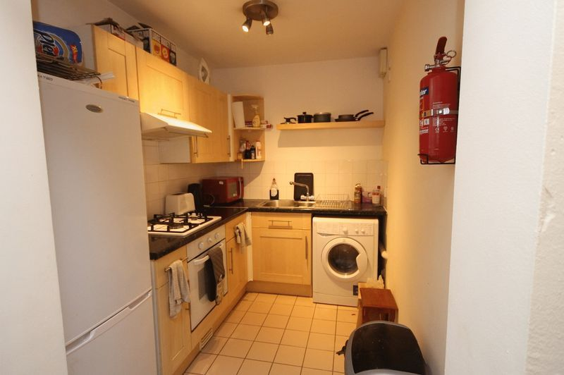 2 bed flat to rent in Clifton Park Road 4