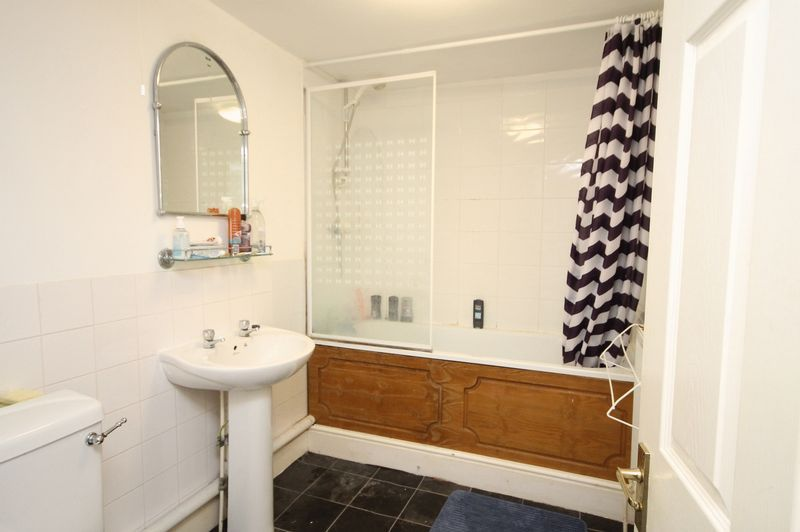 2 bed flat to rent in Clifton Park Road  - Property Image 5