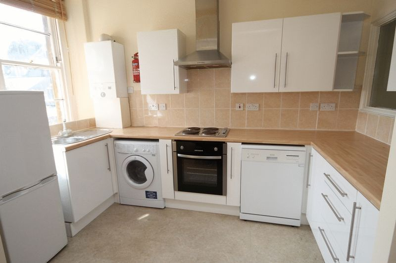 2 bed flat to rent in Clifton Park Road  - Property Image 2