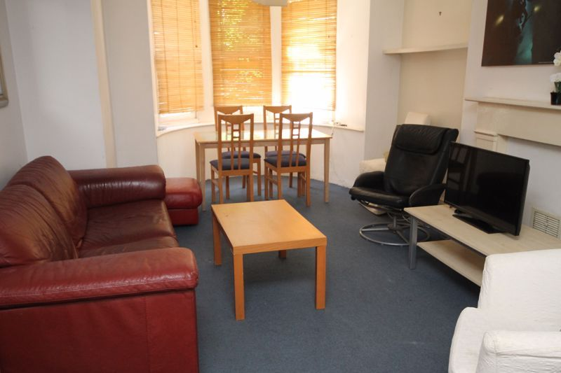 2 bed flat to rent in Clifton Park Road 2
