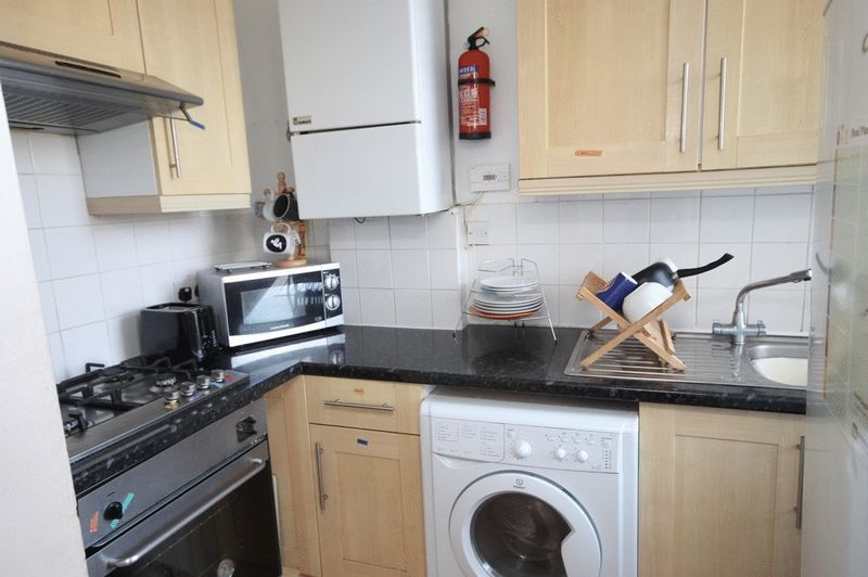 3 bed flat to rent in Clifton Park Road 3