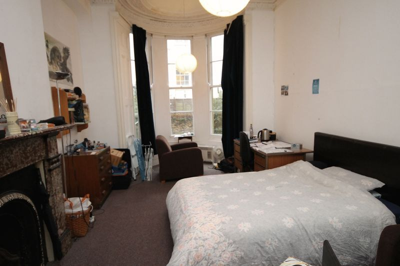 2 bed flat to rent in Clifton Park Road 3