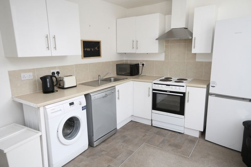 2 bed flat to rent in Chandos Road 2