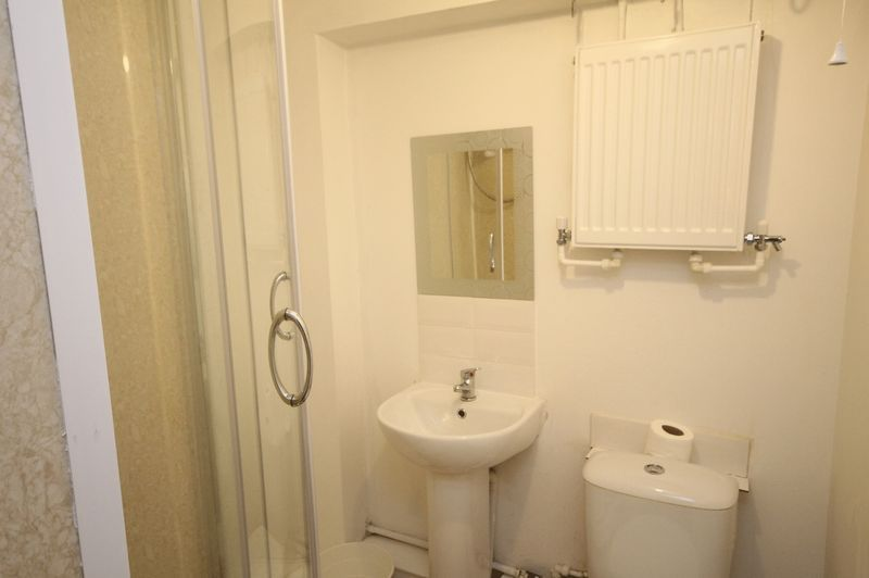 2 bed flat to rent in Chandos Road 5