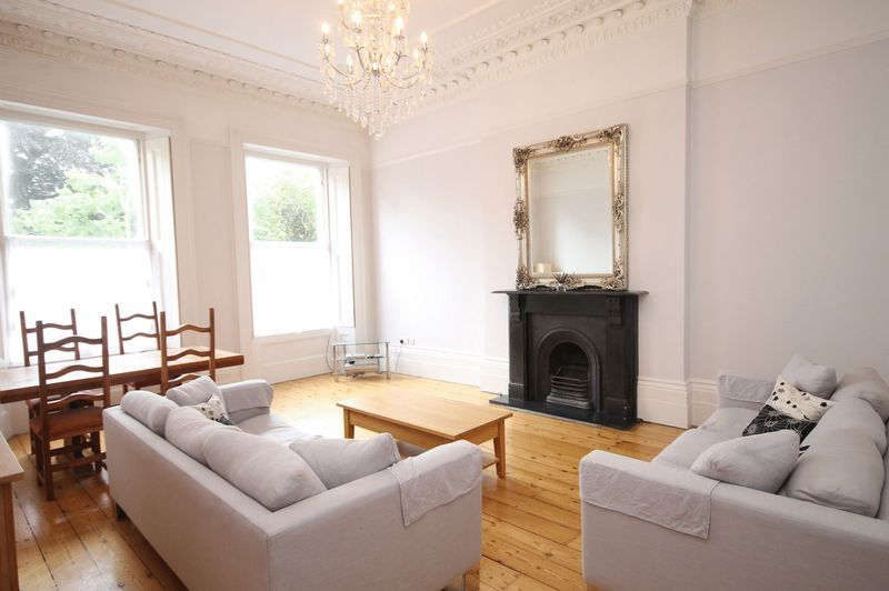 2 bed flat to rent in Victoria Square, BS8