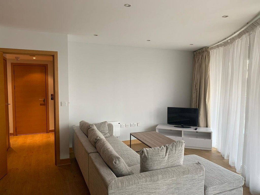 1 bed flat to rent in Queenstown Road, London, SW11