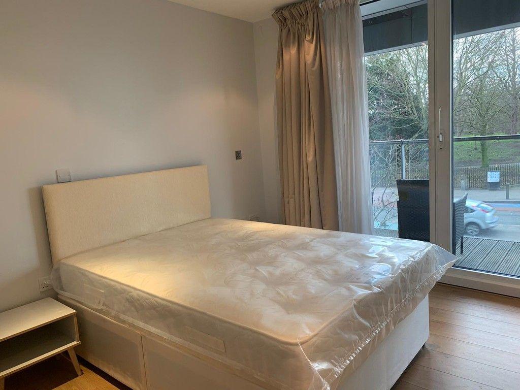 1 bed flat to rent in Queenstown Road, London 3