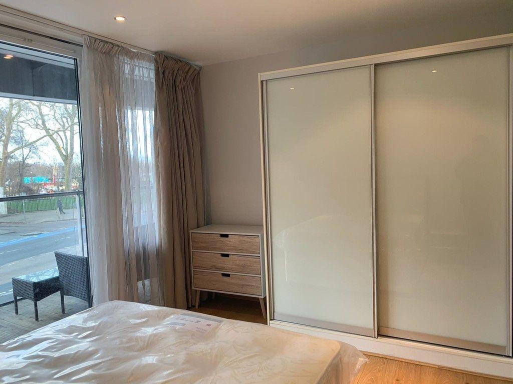 1 bed flat to rent in Queenstown Road, London 4