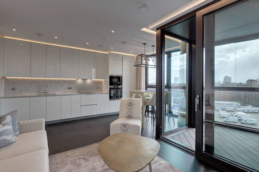 2 bed flat to rent in Thornes House, The Residence, SW11