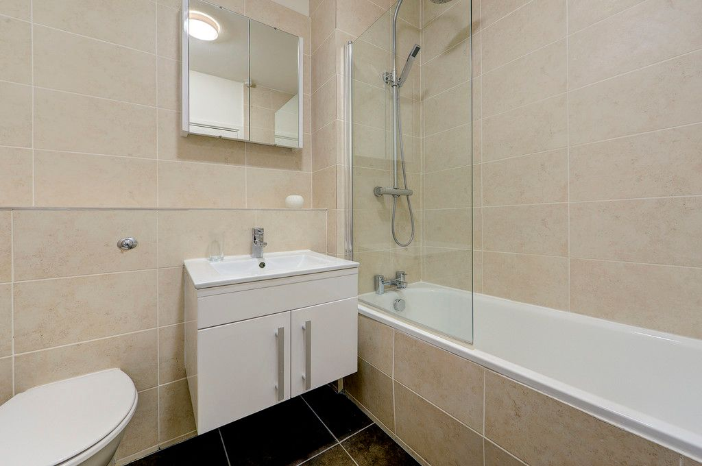 Flat to rent in Luke House  - Property Image 8