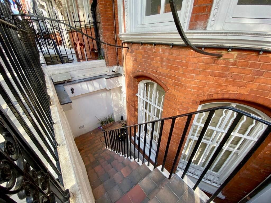 2 bed flat to rent in Kensington Court, London  1
