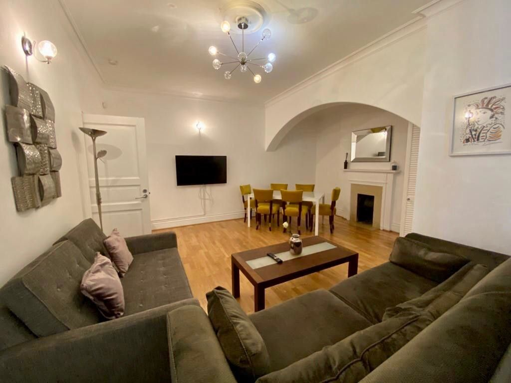 2 bed flat to rent in Kensington Court, London  3