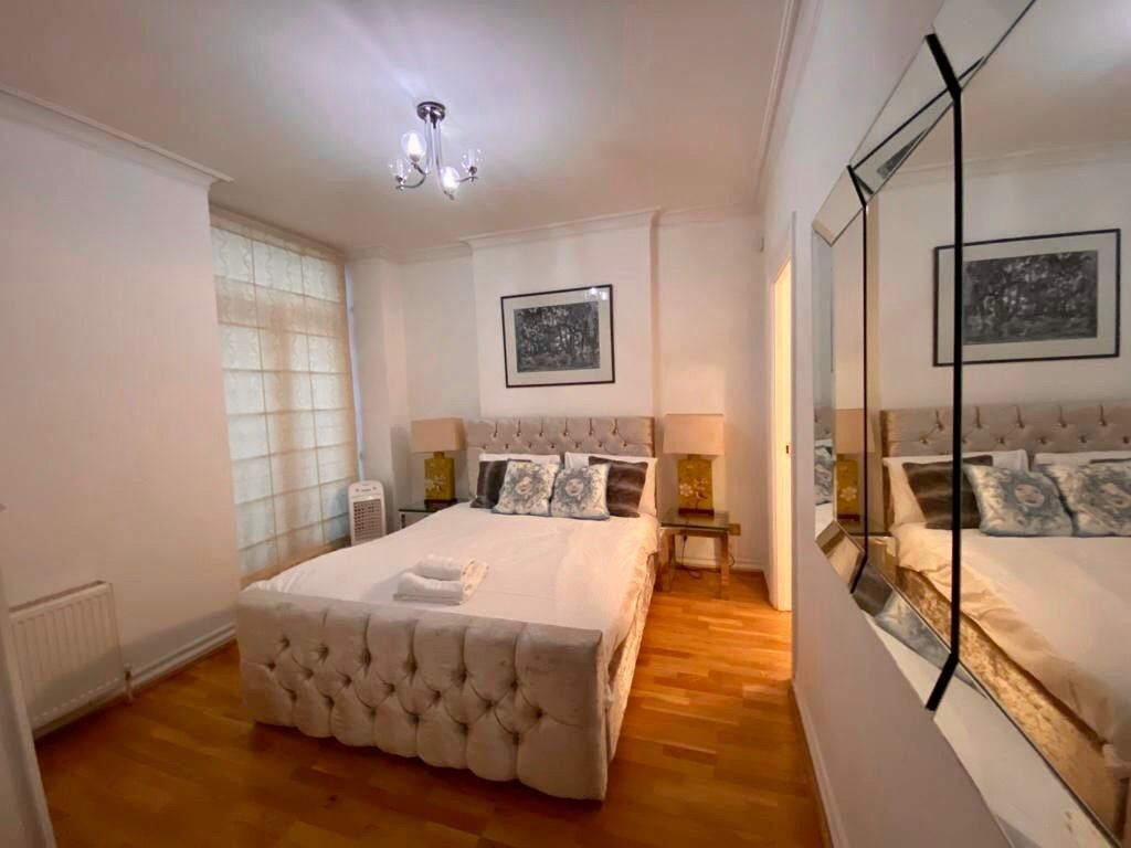 2 bed flat to rent in Kensington Court, London  4