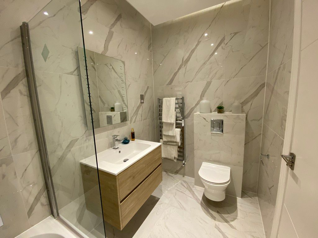 3 bed flat for sale in Finchley Road, London 10