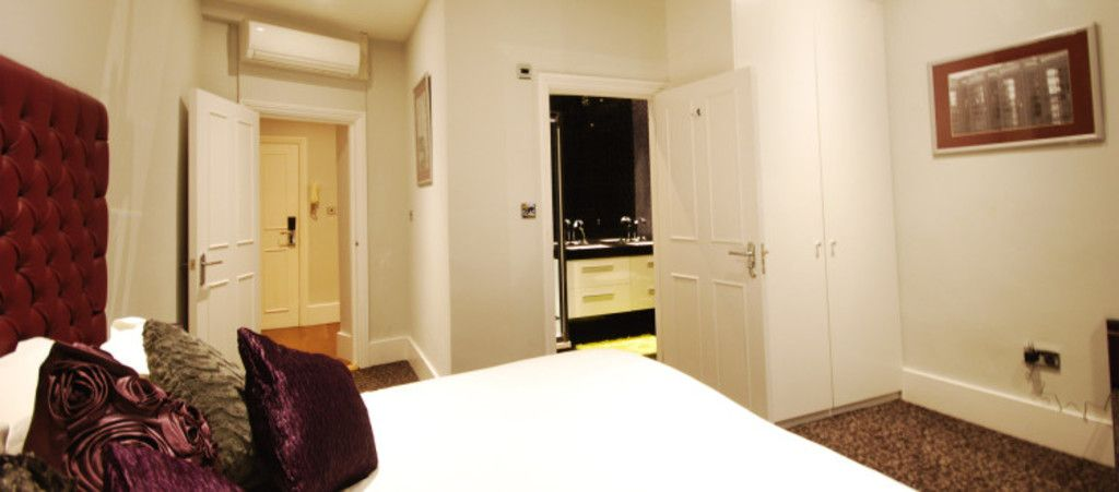 3 bed flat to rent in Seymour Street, London 8