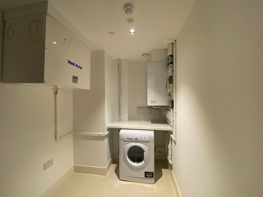 2 bed flat to rent in High Street Kensington 8
