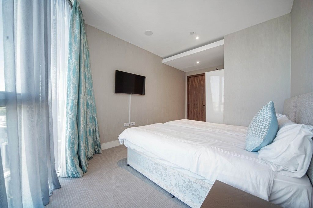 3 bed flat to rent in Pinnacle House, Battersea Reach 8