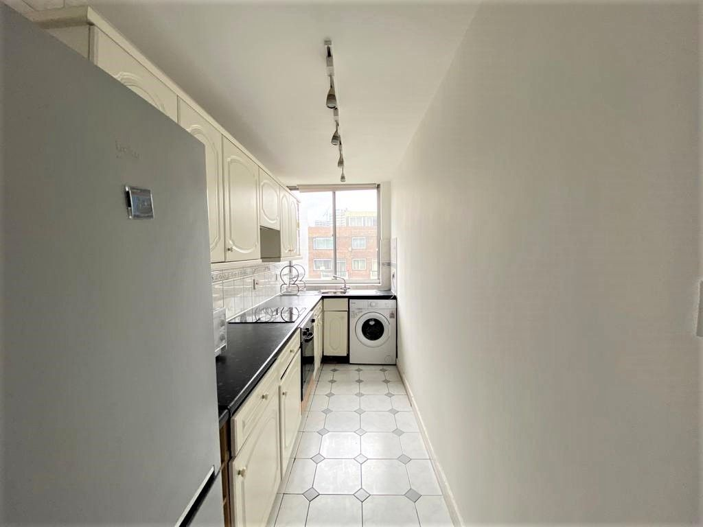 2 bed flat to rent in Cambridge Square, London 9