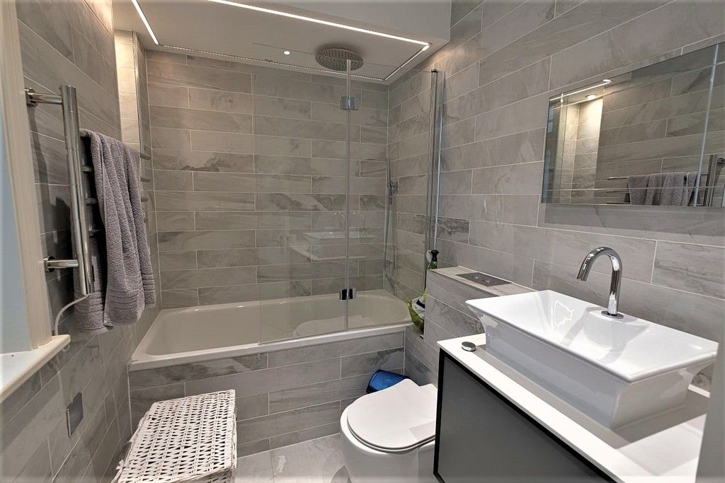 3 bed flat to rent in Abingdon Villas, London 8