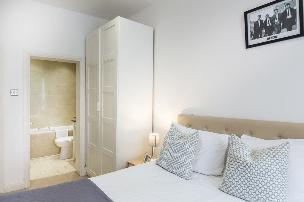 3 bed flat to rent in Nassau Street, London 7