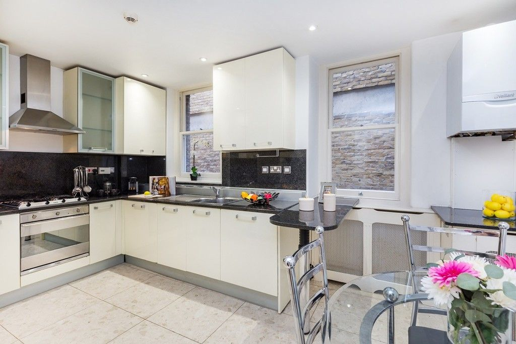 3 bed flat to rent in Nassau Street, London 8