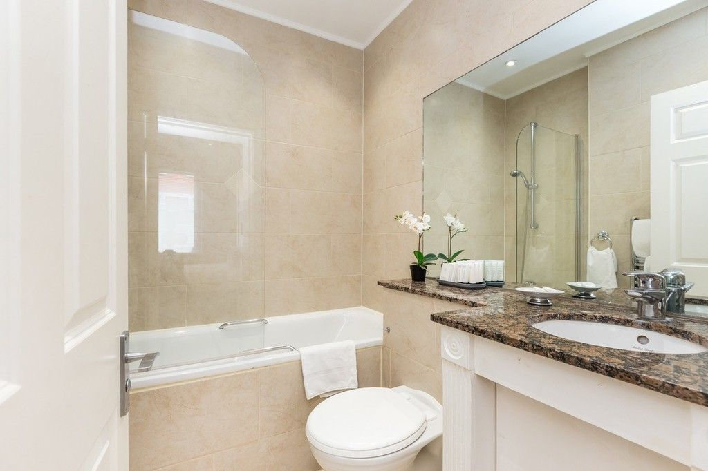 3 bed flat to rent in Nassau Street, London 9