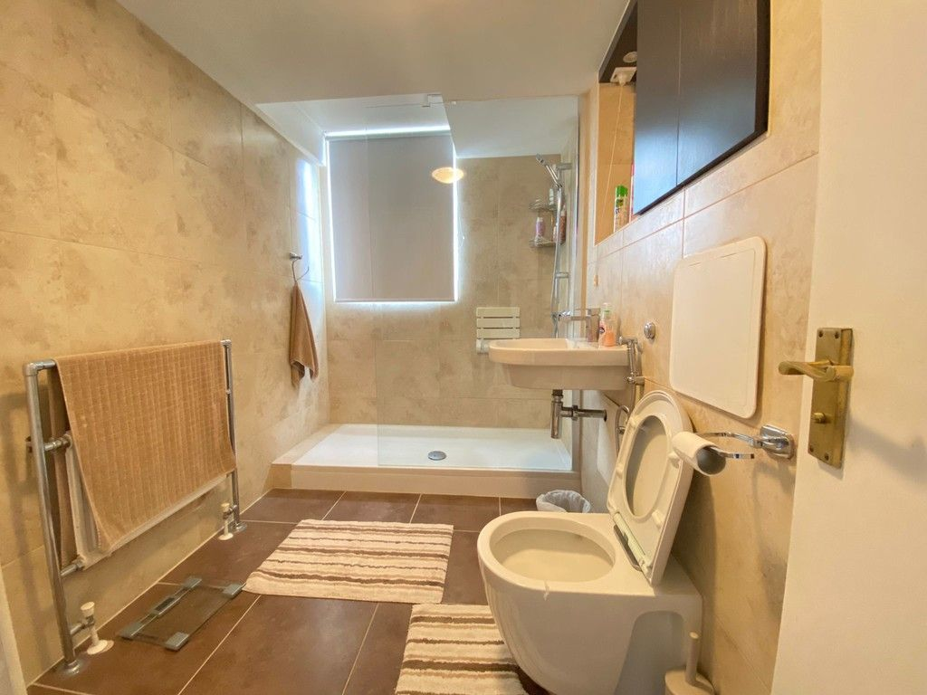 2 bed flat to rent in Asher Way 6
