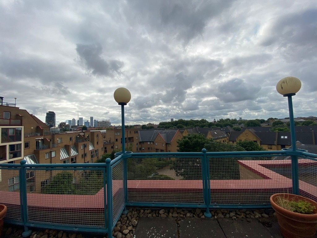 2 bed flat to rent in Asher Way 9