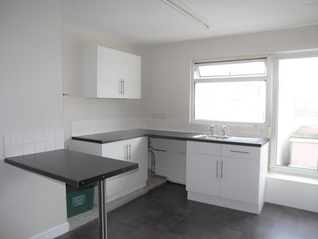 1 bed flat to rent in Queen Street, Neath 3
