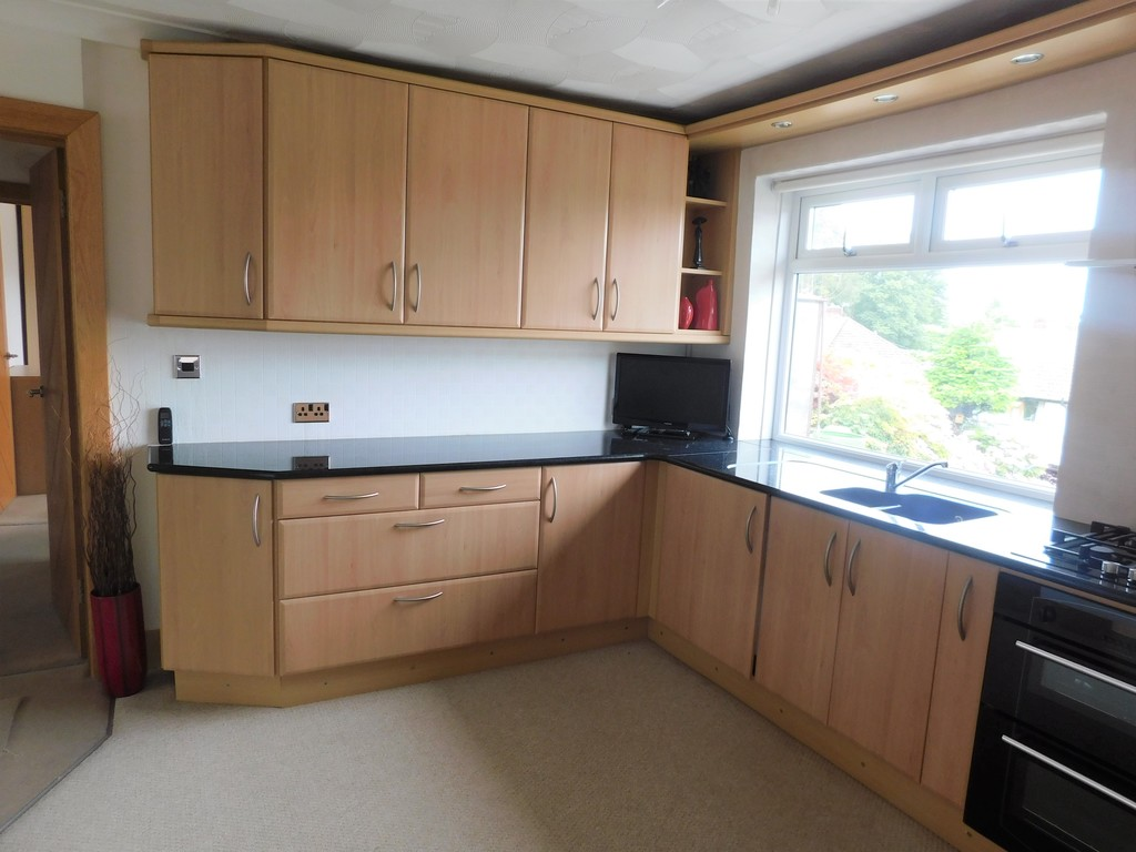 3 bed bungalow for sale in Manor Way, Neath 4