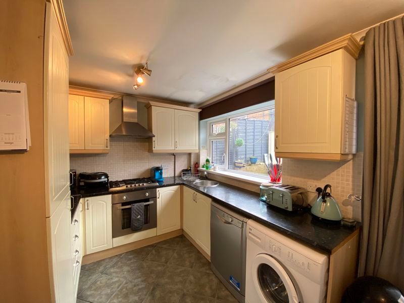 2 bed house to rent in Street End Road