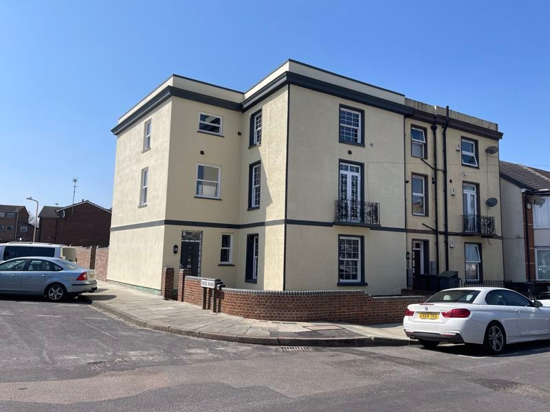 2 bed flat to rent in Pier Road