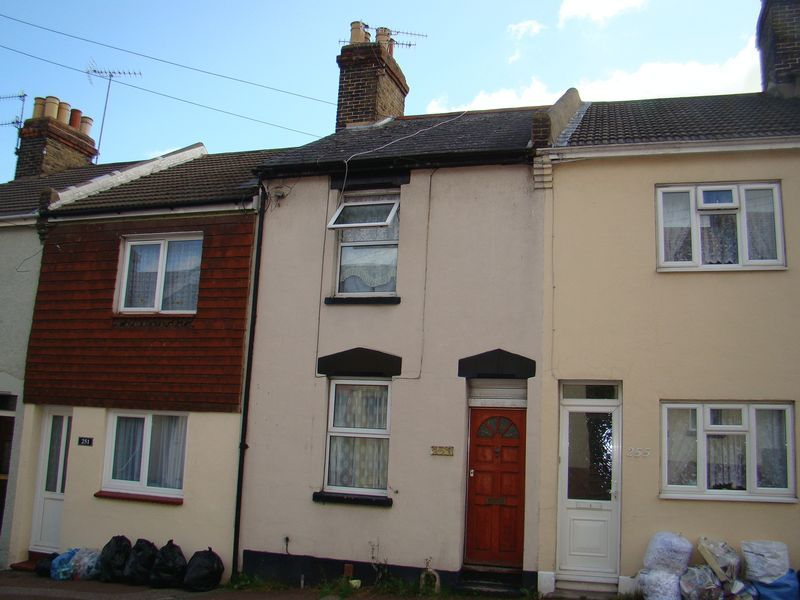 3 bed house to rent in Castle Road 1