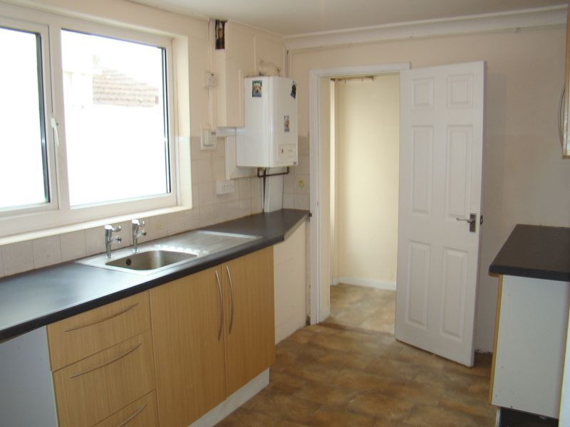 3 bed house to rent in Gillingham Road 5